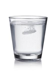vaso de agua con pastilla